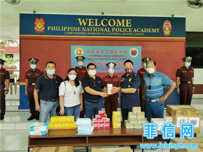 赠送維他命C给菲律濱国立警察学院。左起:林志鹏、张青云伉俪、菲律滨国立警察局局长吉尔贝•克鲁兹将军(General Gilbert Cruz, Director, PNPA)、Pedro Bulaong 20200930144345.jpg